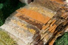 基多,厄瓜多尔2017年5月07日, :有用的准备典型的安地斯山的食物的香料和草本 库存照片