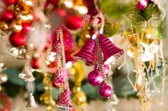 基多,厄瓜多尔2017年5月07日, :美丽和五颜六色的圣诞树装饰响铃在市场上 免版税库存照片