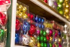 基多,厄瓜多尔2017年5月07日, :美丽和五颜六色的圣诞树装饰在市场上 免版税库存照片
