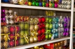 基多,厄瓜多尔2017年5月07日, :美丽和五颜六色的圣诞树装饰在市场上 免版税库存图片