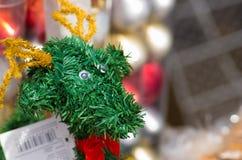 基多,厄瓜多尔2017年5月07日, :美丽的绿色鹿由christmast树制成生叶,美好和非常创造性的艺术 图库摄影