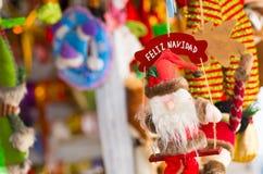 基多,厄瓜多尔2017年5月07日, :美好的圣诞老人形象在市场上 免版税库存照片