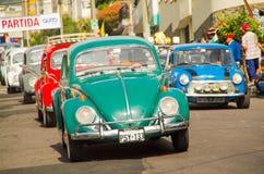 基多,厄瓜多尔- 2017年5月06日:一个小组的游行在开始前的汽车木小汽车赛在街道里面  免版税图库摄影