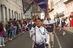 基多,厄瓜多尔- 2016年12月09日:一个未认出的人在基多,厄瓜多尔拿着在一根棍子的一面旗子在游行 免版税库存照片