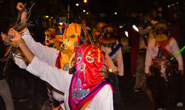 基多,厄瓜多尔- 2016年2月02日:一个未认出的人穿戴了参加Diablada,与一个五颜六色的面具 免版税库存照片