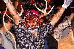 基多,厄瓜多尔- 2016年2月02日:一个未认出的人装饰了跳舞在街道的恶魔 免版税库存照片