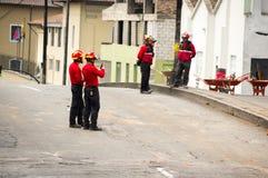 基多,厄瓜多尔- 2016年12月09日:一个未认出的小组愉快的消防队员` s队用在街道的设备 免版税库存图片