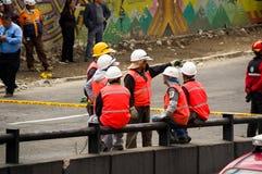 基多,厄瓜多尔- 2016年12月09日:一个未认出的小组愉快的消防队员` s队用设备,盔甲,工作者 免版税库存图片
