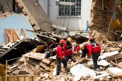 基多,厄瓜多尔- 2016年12月09日:一个未认出的小组firemans、损伤和破坏在大厦在火以后 库存图片