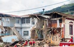 基多,厄瓜多尔- 2016年12月09日:一个未认出的小组firemans,清洗损伤区域和破坏,残骸 库存图片