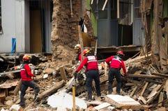 基多,厄瓜多尔- 2016年12月09日:一个未认出的小组firemans,清洗损伤区域和破坏,残骸 免版税库存图片