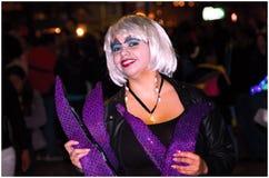 基多,厄瓜多尔- 2016年12月31日:一套代表一名寡居的妇女的未认出的女服黑暗的衣裳,用紫色 图库摄影