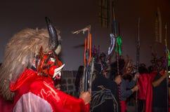 基多,厄瓜多尔- 2015年5月27日:一群未认出的人装饰了作为diablada的恶魔 图库摄影