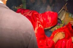 基多,厄瓜多尔- 2015年5月27日:关闭一个未认出的人打扮作为diablada的恶魔 免版税库存照片