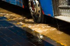基多,厄瓜多尔- 2016年9月20日:关闭公共汽车在一条被充斥的路向上拱在基多市在大雨以后 免版税库存照片