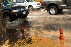 基多,厄瓜多尔- 2016年9月20日:关闭汽车在一条被充斥的路向上拱在基多市在大雨以后 免版税库存图片
