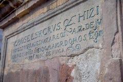 基多,厄瓜多尔- 2016年11月23日:在一扔石头的墙壁的描述在历史的广场在老de圣多明哥外面 免版税库存图片