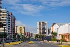 基多,厄瓜多尔- 2015年7月7日:在城市的大重要大道,晴天有天空的一个好的看法 免版税库存图片