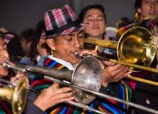基多,厄瓜多尔- 2016年2月02日:在普遍的镇庆祝期间,未认出的人弹奏他的仪器 免版税库存照片