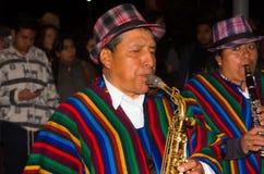 基多,厄瓜多尔- 2016年2月02日:在普遍的镇庆祝期间,未认出的人弹奏他的仪器 图库摄影