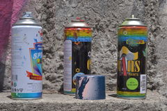 基多,厄瓜多尔- 2017年5月07日:在肮脏的岩石背景的湿剂油漆与油漆污点  免版税库存图片