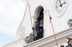 基多,厄瓜多尔- 2015年10月27日:在总统府的阳台的一个未认出的人在周刊期间的 免版税库存照片