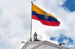 基多,厄瓜多尔- 2015年10月27日:在总统府顶部的一个未认出的人在每周改变期间  库存照片