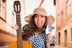 基多,厄瓜多尔- 2016年3月11日:妇女戴帽子和拿着吉他的和一个打印的贴纸instagram象, 免版税库存图片
