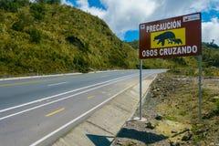 基多,厄瓜多尔- 2014年5月07日:对明白的情报标志熊横穿在Papallacta,一个美好的风景的 库存照片