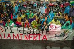 基多,厄瓜多尔- 2015年8月27日:小组恼怒的混杂的青年人阻止横幅和愤怒抗议在城市 免版税图库摄影