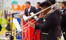 基多,厄瓜多尔- 2016年12月09日:弹奏仪器的一个未认出的人在一次游行期间在基多,厄瓜多尔 库存照片