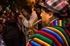 基多,厄瓜多尔- 2016年2月02日:弹奏他的仪器的一个未认出的人在普遍的镇庆祝期间 图库摄影