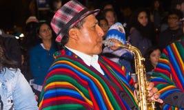基多,厄瓜多尔- 2016年2月02日:弹奏他的仪器的一个未认出的人在普遍镇庆祝佩带期间 免版税图库摄影