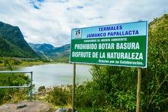 基多,厄瓜多尔- 2014年5月07日:情报在与路的一个晴天签到Papallacta,一个美好的风景的 图库摄影