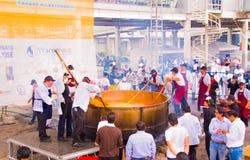 基多,厄瓜多尔- 2017年3月5日:最大的传统locro土豆汤,事件的准备在Locro费斯特的 图库摄影