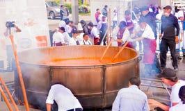 基多,厄瓜多尔- 2017年3月5日:最大的传统locro土豆汤,事件的准备在Locro费斯特的 库存照片