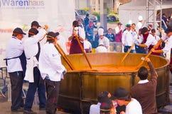 基多,厄瓜多尔- 2017年3月5日:最大的传统locro土豆汤,事件的准备在Locro费斯特的 库存图片