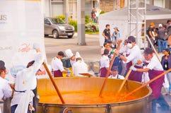 基多,厄瓜多尔- 2017年3月5日:最大的传统locro土豆汤,事件的准备在Locro费斯特的 免版税图库摄影