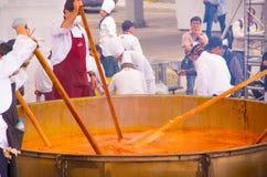基多,厄瓜多尔- 2017年3月5日:最大的传统locro土豆汤,事件的准备在Locro费斯特的 免版税库存照片