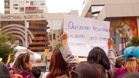 基多,厄瓜多尔- 2016年4月7日:有横幅的拒绝欺骗和支持的未认出的人人群  免版税库存照片