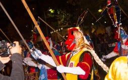 基多,厄瓜多尔- 2016年2月02日:有跳舞在街道的风俗的未认出的人 免版税库存图片