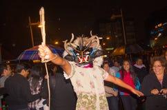 基多,厄瓜多尔- 2016年2月02日:未认出的人在与人的普遍的镇庆祝穿戴了打扮  图库摄影