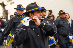 基多,厄瓜多尔- 2016年12月09日:未认出的人在基多,厄瓜多尔演奏在游行的长笛 免版税库存图片
