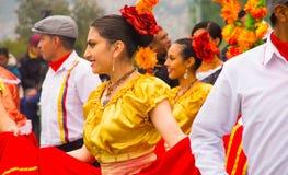 基多,厄瓜多尔- 2016年12月09日:未认出的人在游行跳舞在基多,厄瓜多尔 库存照片