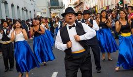 基多,厄瓜多尔- 2016年12月09日:未认出的人在游行跳舞在基多,厄瓜多尔 免版税库存照片