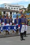 基多,厄瓜多尔- 2016年1月28日:未认出的卫兵在总统府的轮期间的变化在上 库存图片