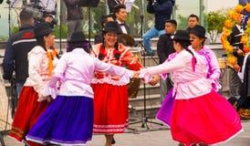 基多,厄瓜多尔- 2016年12月09日:未认出的土著人民在游行跳舞在基多,厄瓜多尔 免版税库存图片