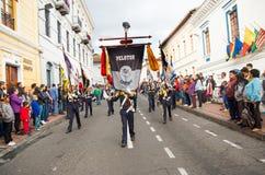 基多,厄瓜多尔- 2016年12月09日:未认出的土著人民在游行跳舞在基多,厄瓜多尔 库存图片