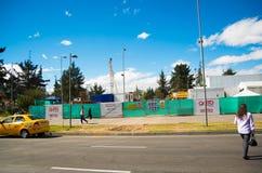 基多,厄瓜多尔- 2016年5月06日:横渡在NNUU大道的未认出的妇女mainstreet与一些建筑结构 库存照片