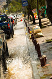 基多,厄瓜多尔- 2016年9月20日:汽车在一条被充斥的路乘坐在基多市在大雨以后 免版税库存照片